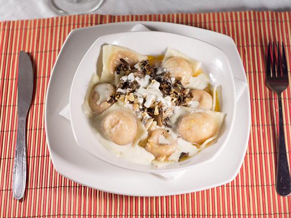 Sorrentinos de calabaza y queso con crema de champignones y nueces