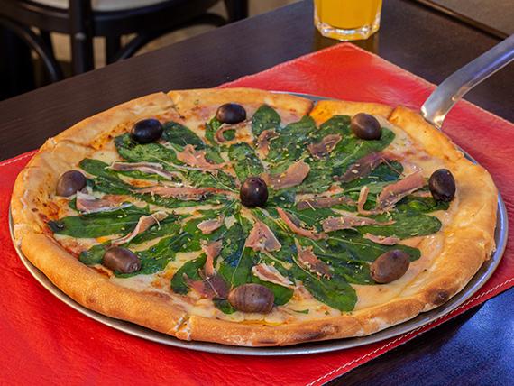 Pizza con prosciutto y rúcula