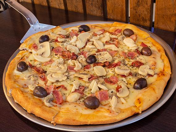 Pizza con panceta y champiñones