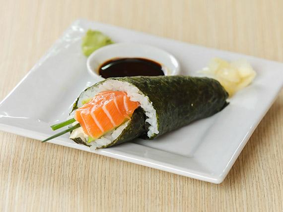 Temaki de salmón, queso, lechuga, ciboulette y palta