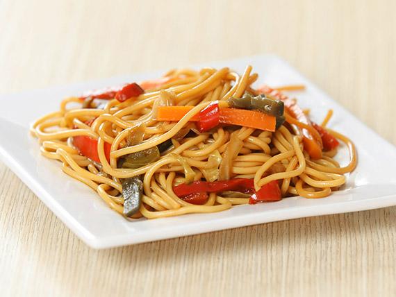 Wok de fideos y verduras con salsa tare