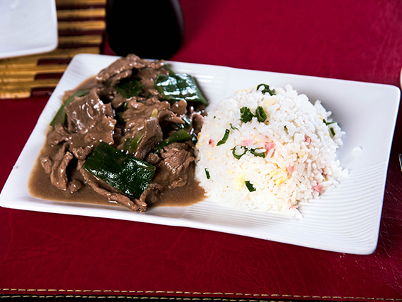 Carne mogoliana con arroz chaufan