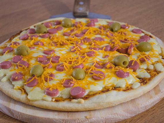 Pizza con salchichas y cheddar
