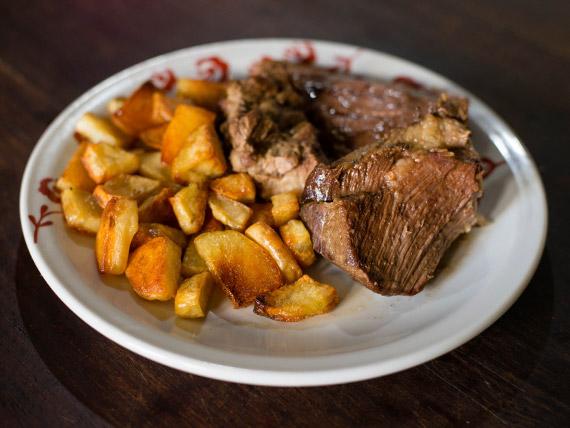 Carne de ternera al horno con guarnición