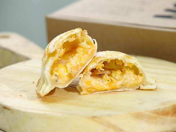10 - Empanada queso, muzzarella, cheddar, panceta y huevo planchado