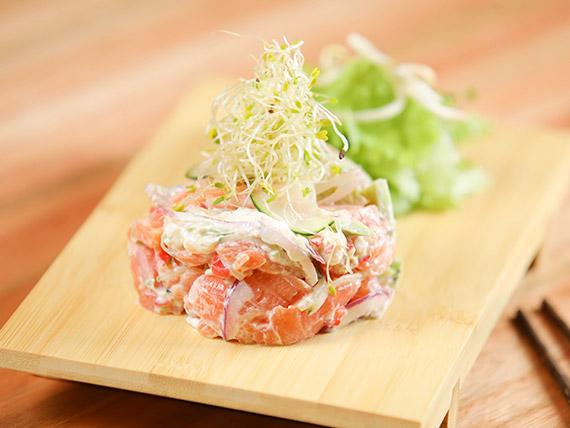Tartar de salmón con ensalada fresca