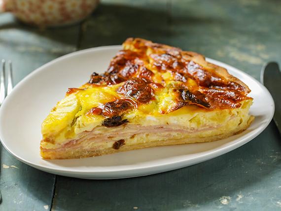 Tarta de jamón, queso, ananá y ciruelas (porción)