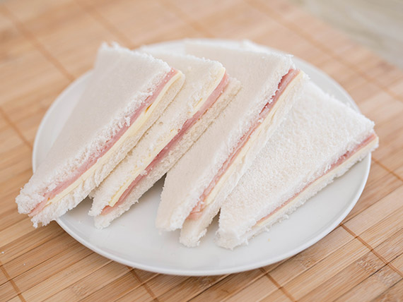 Combo - 2 sándwiches de jamón y queso + 4 masitas surtidas + Coca Cola 1 L