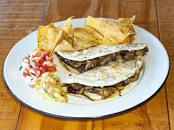 Quesadillas de Hongos + Nachos + dip de guacamole