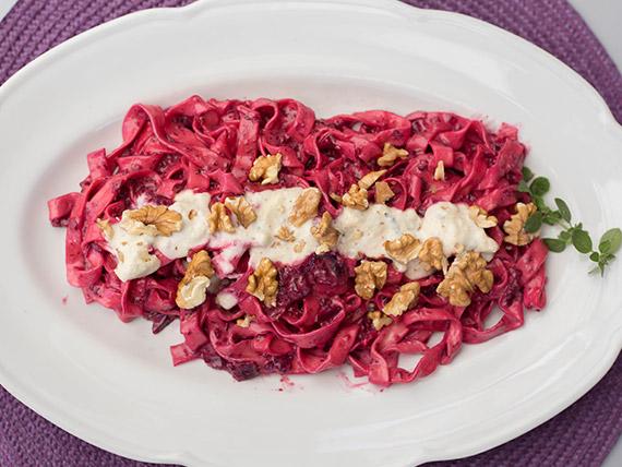 Fettuccini con crema di rapa rossa, noci e gorgonzola