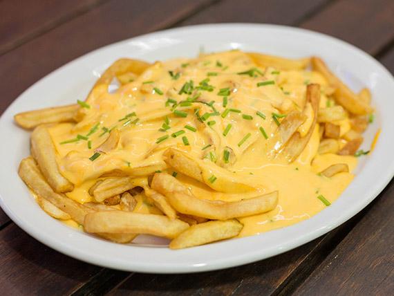 Papas fritas con queso cheddar y panceta