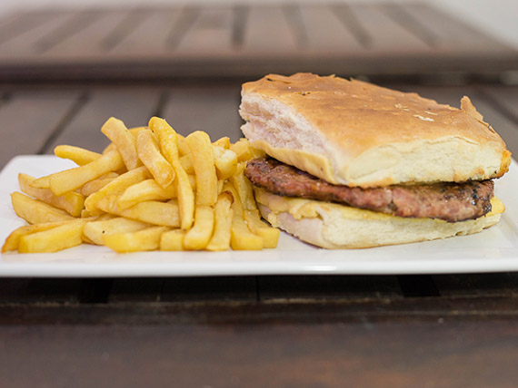Hamburguesa gratinada con papas fritas