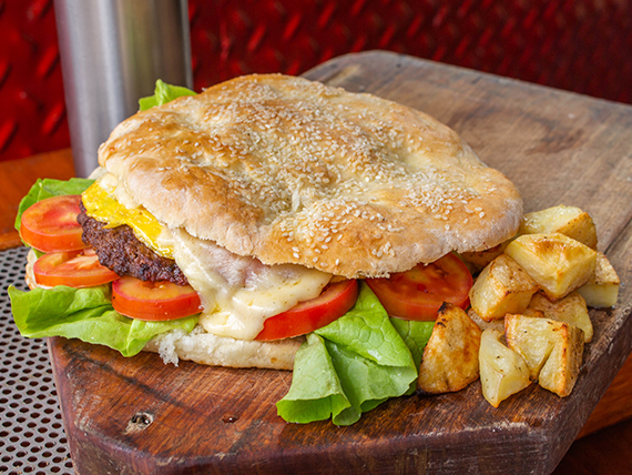 Hamburguesa con jamón, queso, lechuga, tomate y huevo