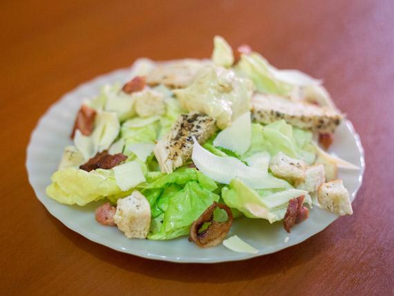 Ensalada Cesar con pollo + gaseosa 354 ml