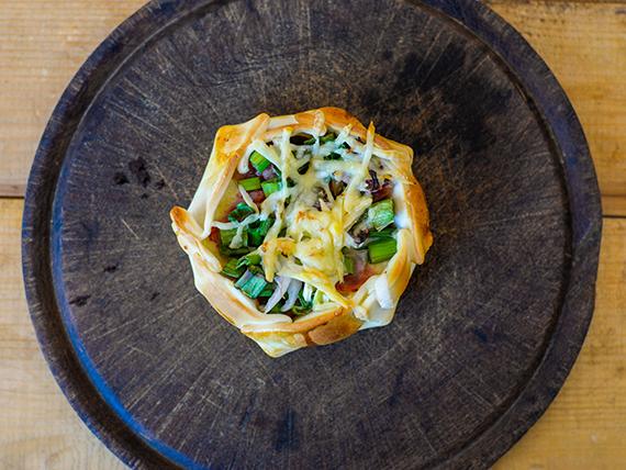 Canastita de panceta, verdeo, muzzarella y queso provolone