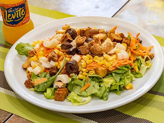 14) Ensalada  hojas verdes, huevo, zanahoria, tomate, atún, huevo y croutons