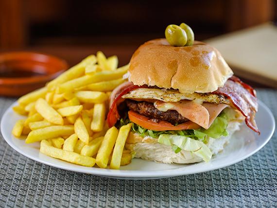 Hamburguesa BBQ con papas fritas