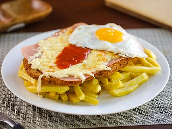Milanesa napolitana con huevo y papas fritas