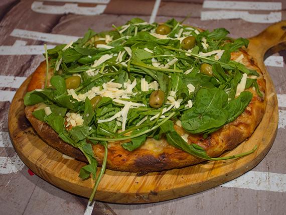 Pizza con rúcula y queso parmesano