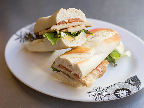 Sándwich de pechuga de pollo grillada en minibaguette