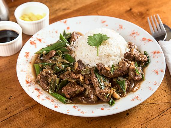 Carne mongoliana con arroz chaufa