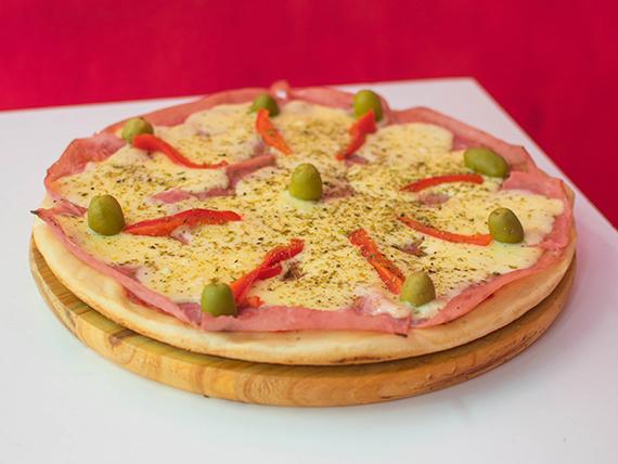 Pizza especial con morrones y jamón