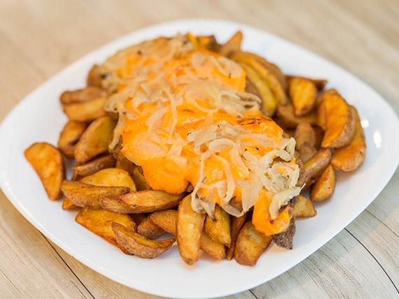 Mila cheddar con cebolla caramelizada + fritas rústicas