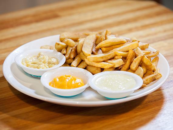 Papas fritas rústicas con degustación de salsas