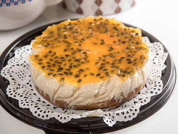 Porción de cheesecake de maracuyá