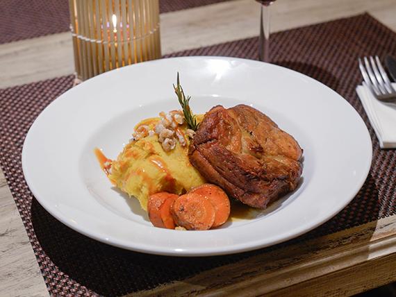 Bondiola de cerdo braseada acompañada de cremoso de batata con toffee y nueces caramelizadas