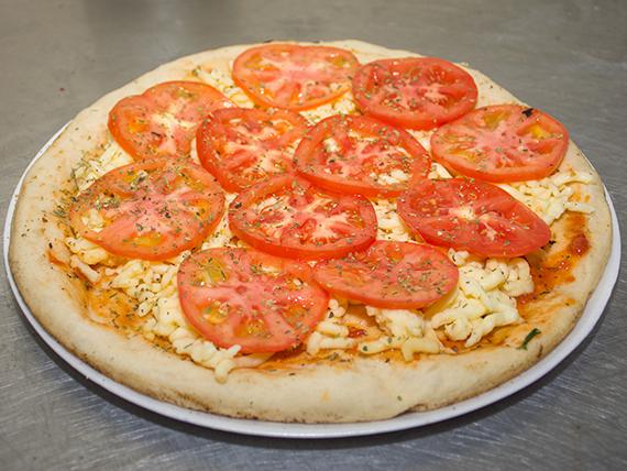 Pizza muzzarella con tomate para hornear