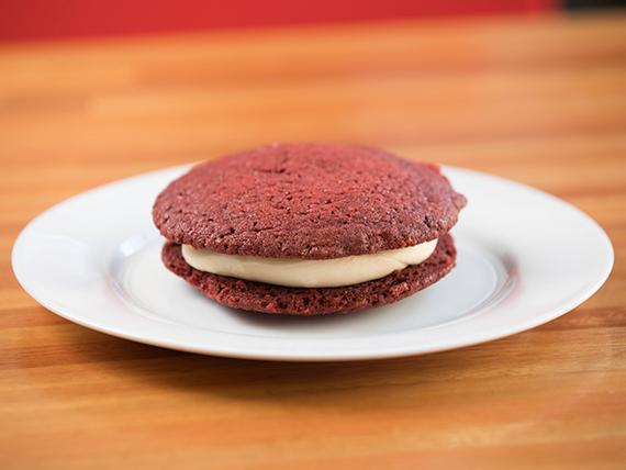 Red velvet cookie sándwich