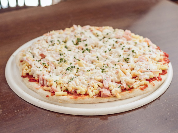Pizza fría con pollo a la crema, jamón, queso y perejil (8 porciones)