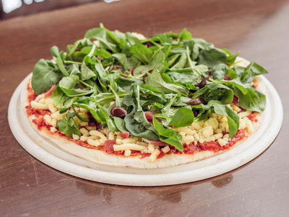 Pizza fría con rúcula, jamón crudo, queso y aceitunas negras (8 porciones)