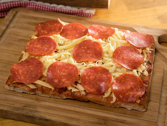 Pizzas con peperoni + 2 bebidas en lata 350 ml