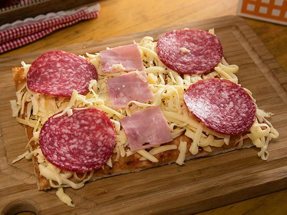 Pizzas con salame y jamón + 2 bebidas en lata 350 ml