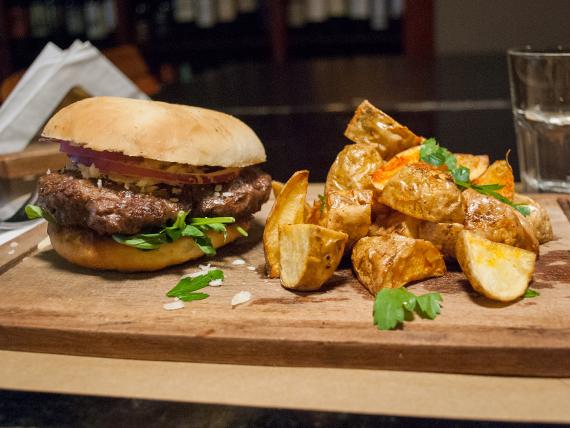 Sándwich de hamburguesa de cordero con papas asadas