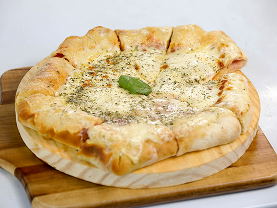 Pizzeta muzzarella con borde relleno de jamón y queso