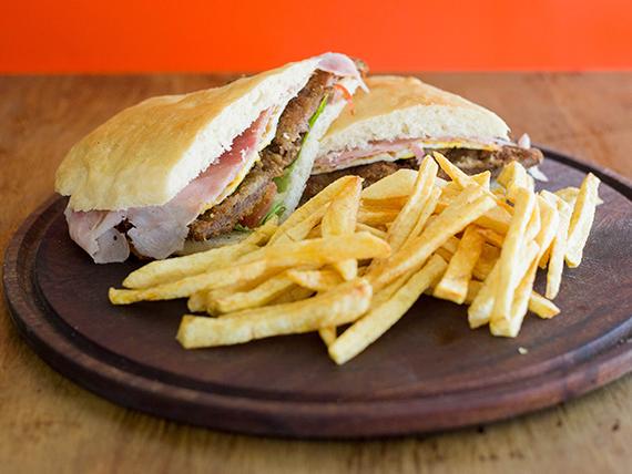 Sándwich de suprema completo con papas fritas
