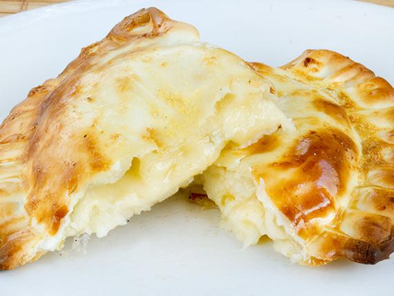 21 - Empanada de queso y aceitunas