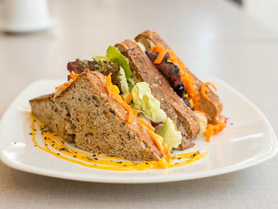 Sándwich fresco en pan casero integral multisemillas