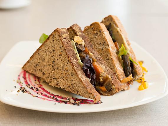 Sándwich saciante en pan casero multisemillas (veggie)