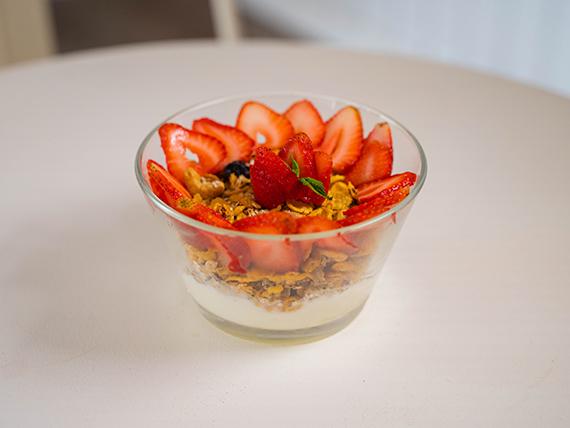 Granola con yogur y frutillas