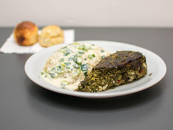 Tortilla de verduras alta con arroz a la crema de puerros