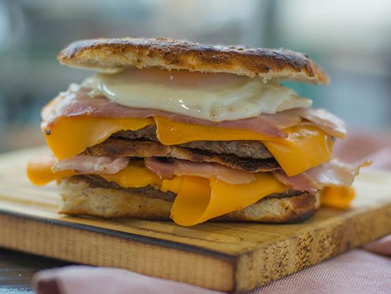 Hamburguesa con cheddar, bacon y huevo