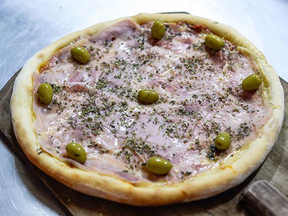 Pizza de muzzarella con jamón