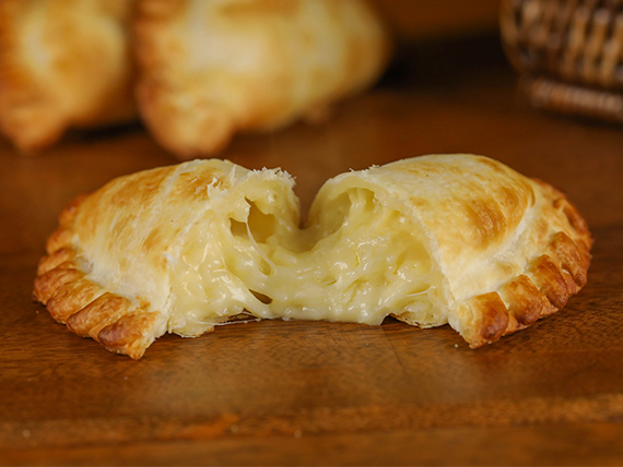 22 - Empanada queso con cebolla