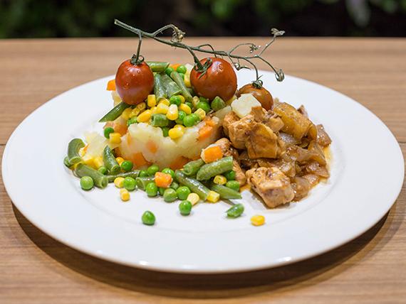 Cubos de pollo dorados con vegetales primavera