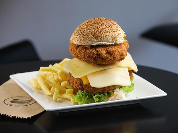 Hamburguesa pollo crispy con papas fritas