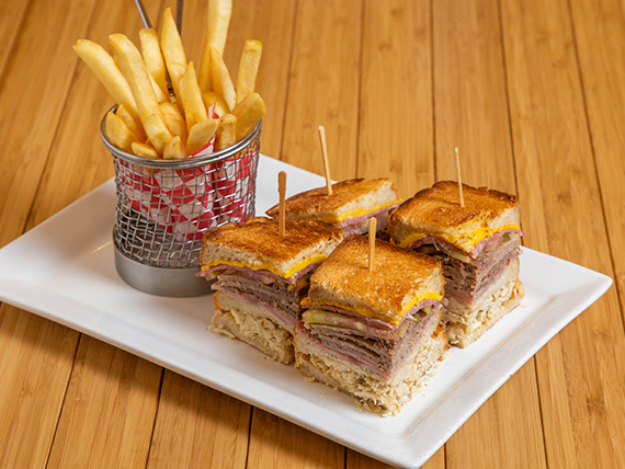 Club Sandwich + Papas Fritas
